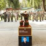 Army personnel paying tributes to Gunner Bhupender Singh