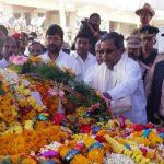 Karnataka's chief minister Sri Siddaramaiah pays his tributes to Lance Naik Hanumanthappa