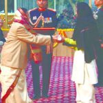 Nb Sub Chuni Lal's wife receiving Ashok Chakra award from the President Pratibha Patil