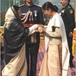 Hav Gajendra Singh's wife Vinita receiving Ashoka Chakra